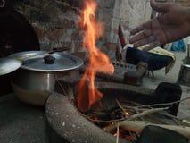 Uma vila que cozinha o estilo uma cena bonita do fogo foto de stock royalty free