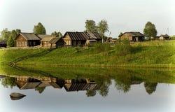 Uma vila típica em um rio em Rússia do norte fotografia de stock royalty free
