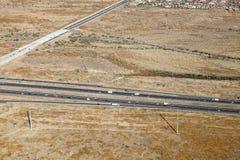Uma vista aérea de uma autoestrada ocupada no deserto do Arizona Fotos de Stock
