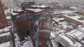 Uma vista aérea de construções modernas lustrosas contra o cenário urbano filme