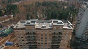 Uma vista aérea de uma multi construção de tijolo do andar em um dia brilhante vídeos de arquivo