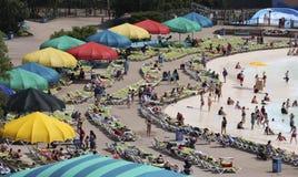 Uma vista aérea de uma praia ocupada em embebe a cidade, reis Ilha imagem de stock