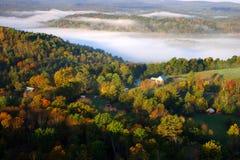 Uma vista aérea de um balão de ar quente que flutua sobre o lado do país de Vermont Fotos de Stock Royalty Free