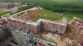 Uma vista aérea de um canteiro de obras perto da floresta verde vídeos de arquivo