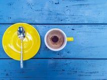 Uma vista aérea de um copo vazio do café Imagens de Stock Royalty Free