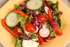 Uma vista aérea de uma salada saudável torrada em uma placa amarela Foto de Stock