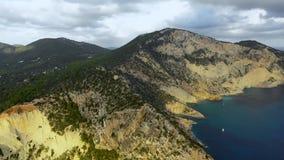 Uma vista aérea do cabo ocidental da ilha de Ibiza durante o por do sol Balearic Island no mar Mediterrâneo vídeos de arquivo