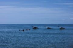 Uma vista bonita aos barcos no mar imagens de stock