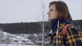 Uma vista bonita das montanhas no inverno Um homem novo está andando acima da inclinação de montanha O homem considerável está ol vídeos de arquivo