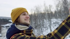 Uma vista bonita das montanhas no inverno Um homem novo está andando acima da inclinação de montanha O homem considerável está ol video estoque