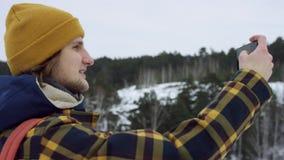 Uma vista bonita das montanhas no inverno Um homem novo está andando acima da inclinação de montanha O homem considerável está ol filme