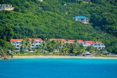 Uma vista bonita do navio de cruzeiros do carnaval A linha costeira de St Thomas U S Virgin Islands Fotografia de Stock