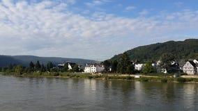 Uma vista bonita dos bancos do Rhine River Fotografia de Stock