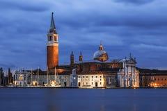 Uma vista da catedral de San Giorgio Maggiore do quadrado na noite, Veneza de San Marco Imagens de Stock