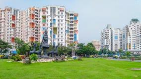 Uma vista da cidade com complexos de construção altos comerciais e residenciais da elevação na fotos de stock