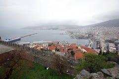 Uma vista da cidade Kavala da costa em Grécia fotografia de stock royalty free