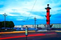 Uma vista da coluna Rostral em St Petersburg durante o branco nigh Foto de Stock Royalty Free