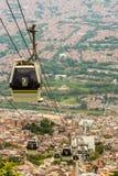 Uma vista da elevação acima sobre Medellin Colômbia imagem de stock