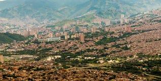 Uma vista da elevação acima sobre Medellin Colômbia foto de stock royalty free