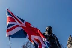Uma vista da estátua de Winston Churchill em Londres imagens de stock