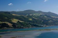 Uma vista da península de Otago através do mar perto de Dunedin na ilha sul em Nova Zelândia imagem de stock royalty free