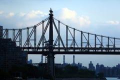 Uma vista da ponte de Ed Koch sobre o East River com as nuvens de tempestade no crepúsculo Imagem de Stock Royalty Free