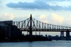 Uma vista da ponte de Ed Koch sobre o East River com as nuvens de tempestade no crepúsculo Foto de Stock Royalty Free