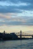 Uma vista da ponte de Ed Koch sobre o East River com as nuvens de tempestade no crepúsculo Imagem de Stock