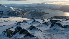 Uma vista da ponte em torno da cidade norueguesa de Maloy imagem de stock royalty free