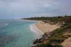 Uma vista da praia de Yanchep no tempo nebuloso, Austrália Ocidental fotografia de stock royalty free