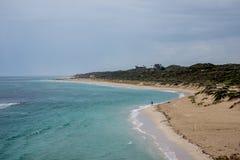 Uma vista da praia de Yanchep no tempo nebuloso, Austrália Ocidental fotografia de stock