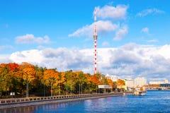 Uma vista da torre da tevê na terraplenagem em St Petersburg perto Imagens de Stock Royalty Free