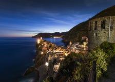 Uma vista da vila Vernazza de Cinque Terre no crep?sculo no La Spezia, Liguria, It?lia - 20 de maio de 2016 fotos de stock royalty free