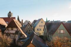 Uma vista das casas e dos telhados alemães tradicionais no der Tauber do ob de Rothenburg em Alemanha Cidade européia fotos de stock