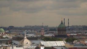 Uma vista das construções de St Petersburg da colunata da catedral do ` s do St Isaac Fotografia de Stock