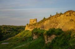 Uma vista das paredes e das torres medievais da fortaleza de Izborsk nos sóis Fotos de Stock