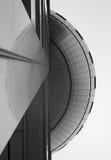Uma vista de baixo das mostras o lado de uma construção e de uma reflexão Fotografia de Stock Royalty Free