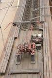 Uma vista de cima de um trem bonde com uma rede vermelha da fonte elétrica do contato em Rússia Imagens de Stock Royalty Free