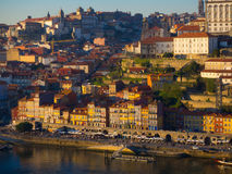 Uma vista de construções coloridas em Ribeira, Porto, Portugal Foto de Stock