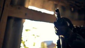 Uma vista de giro em um militar com um rifle aguçado