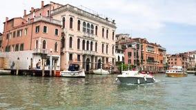 Uma vista de Grand Canal, casas velhas, barcos a motor em Veneza, Itália filme