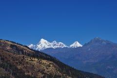 Uma vista de Jomolhari 7326m em Butão através de um vale idílico imagem de stock