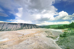 Uma vista de Mammoth Hot Springs Fotos de Stock