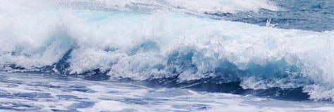 Uma vista de ondas loucas, parque estadual de Waianapanapa, Maui, Havaí Fotografia de Stock