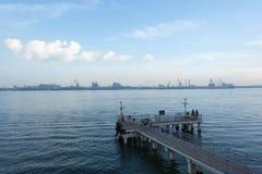 Uma vista de uma plataforma de madeira em uma praia que mostra as águas azuis de OC Foto de Stock Royalty Free