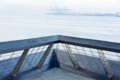 Uma vista de uma plataforma de madeira em uma praia que mostra as águas azuis de OC Fotografia de Stock Royalty Free