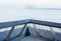 Uma vista de uma plataforma de madeira em uma praia que mostra as águas azuis de OC Imagens de Stock Royalty Free