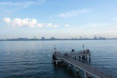 Uma vista de uma plataforma de madeira em uma praia que mostra as águas azuis de OC Fotos de Stock