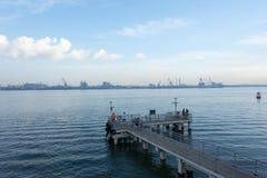 Uma vista de uma plataforma de madeira em uma praia que mostra as águas azuis de OC Fotografia de Stock