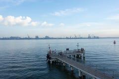 Uma vista de uma plataforma de madeira em uma praia que mostra as águas azuis de OC Fotos de Stock Royalty Free